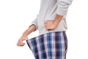 Mann titter inn i sin underbukse.