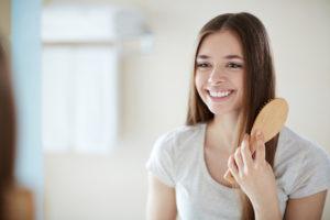 Jente som børster sitt lange hår.